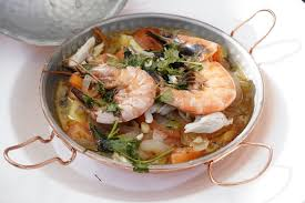 Bord met traditioneel Portugees visgerecht