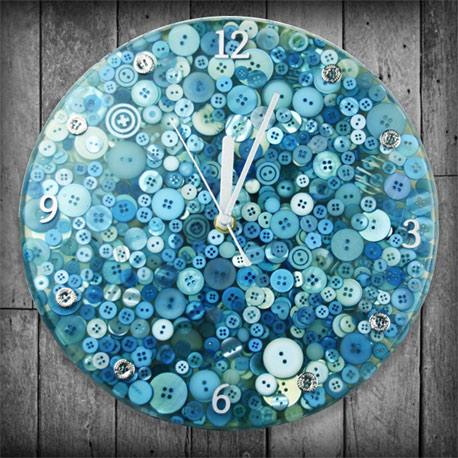 Klok gemaakt van blauwgeverfde knopen en overgoten met giethars