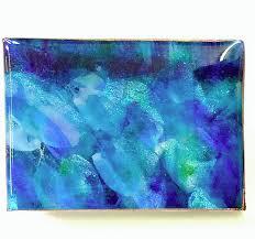 Schilderij van blauwe pigmenten, overgoten met giethars